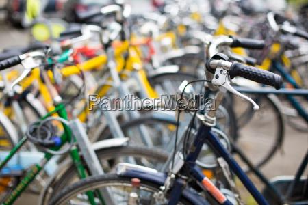 fahrradverleih viele fahrraeder in einer
