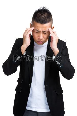 geschaeftsmann mit schweren kopfschmerzen