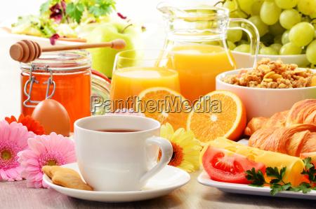 komposition mit fruehstueck auf dem tisch