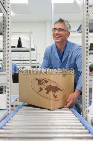 lächelnde, arbeits, platzierung, karton, auf, förderband - 12915470