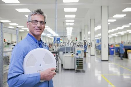porträt, der, lächelnden, ingenieur, hält, datenband - 12915488