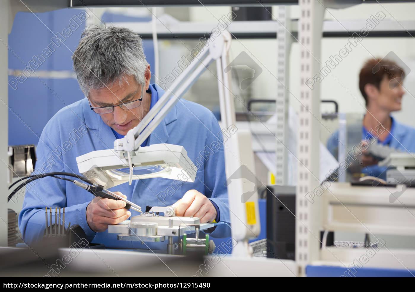 techniker, arbeiten, an, montagelinie, in, hallo-tech-elektronikwerk - 12915490