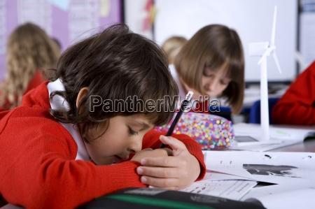 konzentrierende schule jungendie arbeit im klassenzimmer