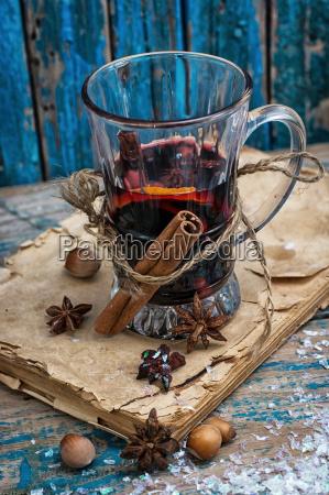 glas gluehwein mit gewuerzen im retro
