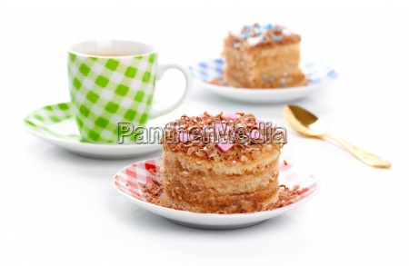 suesses dessert kuchen mit tasse kaffee