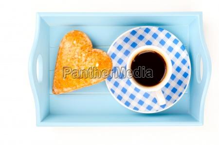 kekse mit kaffee in einem tablett