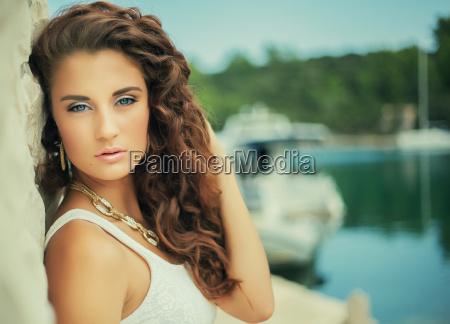 luxus portrait schoene maedchenlockiges haar