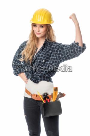 weiblicher handwerker mit helm ballt eine