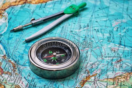 veraltet kompass seemann auf topographische karte