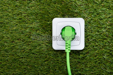 gruen plug in outlet auf gras