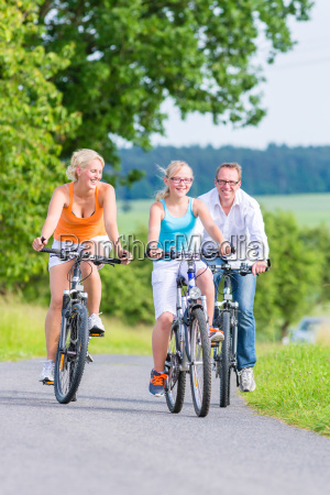 familie fahren gemeinsam eine wochenend fahrradtour