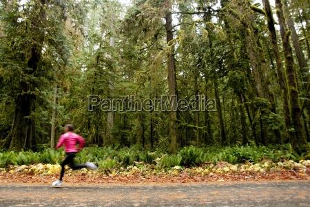 eine weibliche joggen auf einer strasse