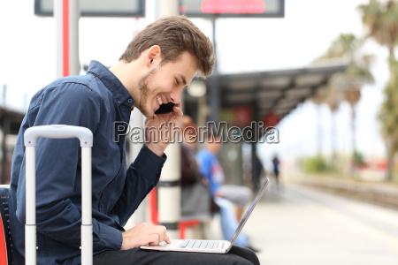 freelancer arbeitet mit einem laptop und