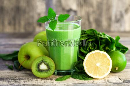 gruener smoothie mit fruechten und gemuese