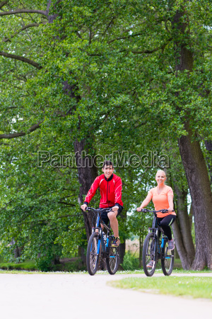 frau und mann fahren mountainbike fahrrad
