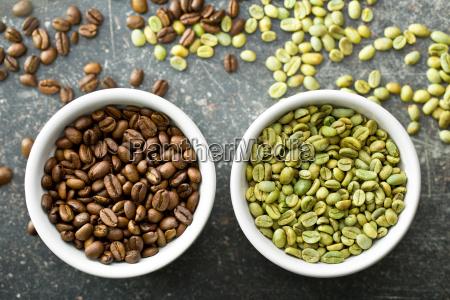ungeroesteten und geroesteten kaffeebohnen