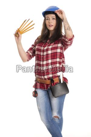 weiblicher handwerker haelt einen zollstock