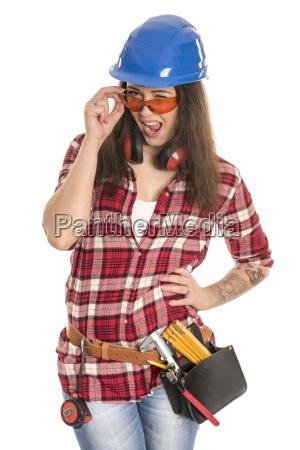 weiblicher handwerker mit schutzbrille