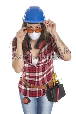 weiblicher handwerker mit schutzmaske und brille