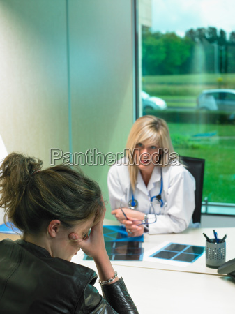 besorgt weiblicher doktor an ihrem schreibtisch