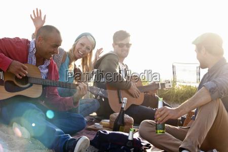 vier erwachsene freunde auf strand von