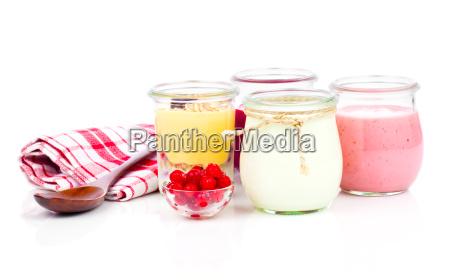 joghurt in einem glas becher