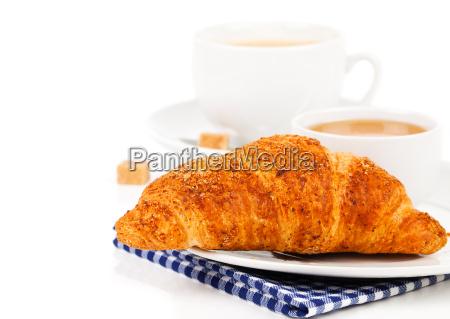 fruehstueck mit frischen croissants kaffee und