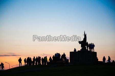 silhouette der menschenmenge um das denkmal