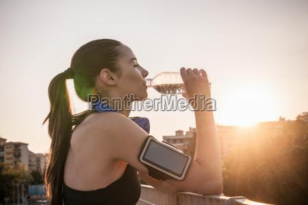 frau gesundheit trinken trinkend trinkt sport