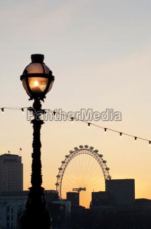 das london eyeein grosses riesenraddurch eine
