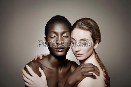 nackte weibliche paar umarmt mit geschlossenen