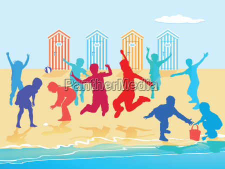 kinder toben und spielen am strand