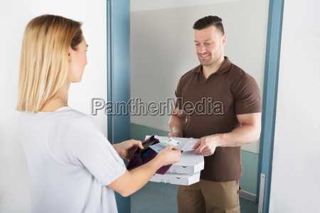 woman paying for the delivered pizza