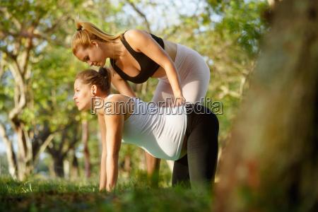 yoga trainer helfen schwangere frau mit